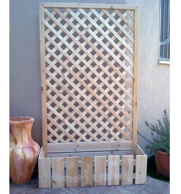 מחיצת עץ מרושתת ומרהיבה עם מקום לאדנית- לגן, לחצר, לבית ולמשרד דגם JC501