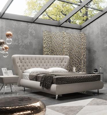 מיטה יפיפייה עם ראש מיטה בקפיטונאז' מקומר מעט בקצוות מבית Hollandia דגם BUTTERFLY160