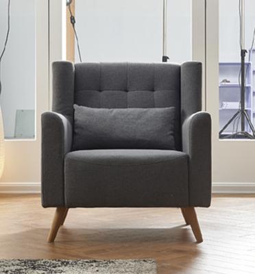כורסא מעוצבת ונוחה מרופדת בד עם רגלי עץ מבית HOME DECOR דגם טומי